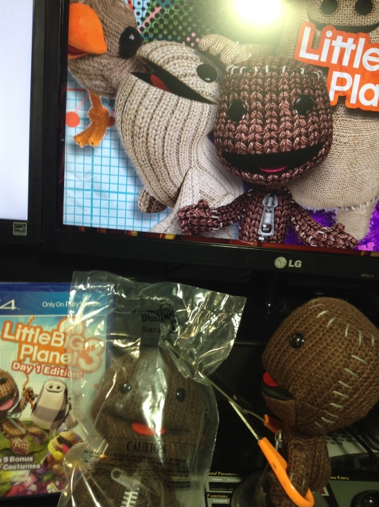 Sackboy uses his crafty scissor tool to release his new friend from his plastic bondage.